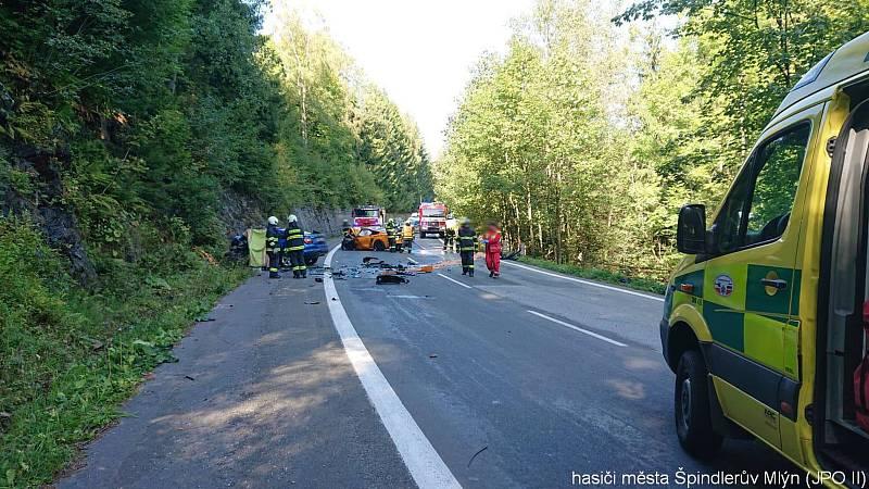 Čelní srážka se sportovním vozem Ford Mustang u Špindlerova Mlýna připravila o život nevinného 49letého řidiče.