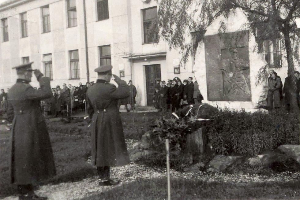 Historický snímek z areálu trutnovských kasáren s pamětní deskou na památku československých legionářů, kteří padli v první světové válce ve Francii.