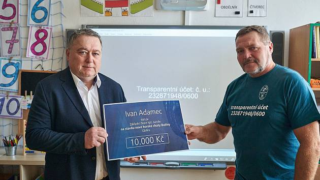 První dárce. Starosta Trutnova Ivan Adamec jako první přispěl na stavbu nové školní horské chaty Bažina v Peci pod Sněžkou.