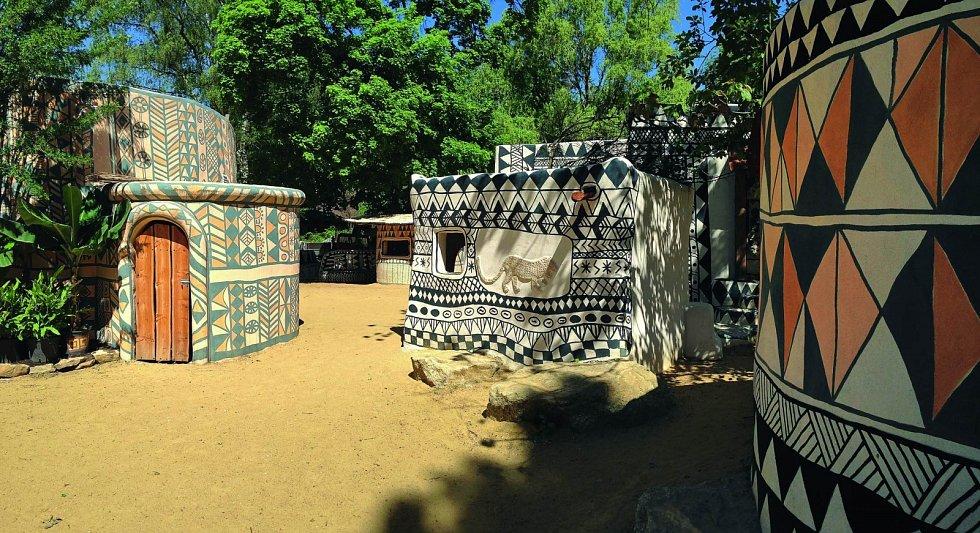 Africké městečko Tiébélé (2016). Předlohou tohoto městečka se stala skutečná osada Tiébélé vBurkině Faso. Městečko se nachází naproti výběhu slonů. Sbírka domorodých artefaktů návštěvníky seznamuje sopravdovým životem vzápadní Africe.