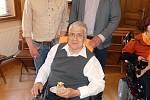 Klub vozíčkářů v Trutnově navštívil nejvyšší státní zástupce Pavel Zeman.
