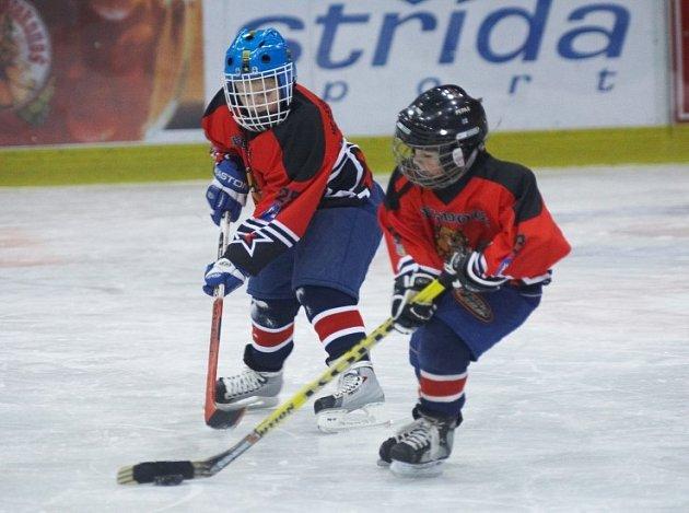 Mladí hokejisté v akci.
