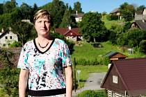 STAROSTKA POŠŤAČKA. Marie Pokorná ve Slatině nad Úpou nepracuje z rozhodnutí zastupitelstva pro obec na plný pracovní úvazek. Po letech marného hledání zaměstnání si k úřadu přibrala poštovní povinnosti.