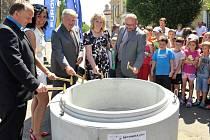ROVENSKO odstartovalo výstavbu kanalizační sítě poklepem zúčastněných na základní obruč.