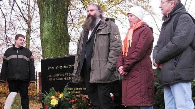 PIETNÍM AKTEM na městském hřbitově u pomníku zavražděných židovských dívek pokračoval v neděli v Trutnově festival česko-německo židovské kultury Devět bran.