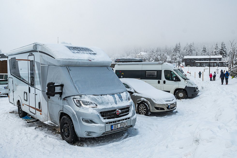 Lidé vyrazili o víkendu do hor užít si sněhu, v hojném počtu zamířili i do Malé Úpy v Krkonoších. V neděli je tam však potkala mlha.