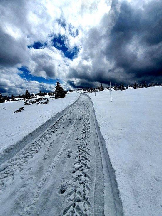 Silničáři v úterý 5. května odhrnovali sníh z horské silnice z Horních Míseček na Zlaté návrší a dále až k Labské boudě.