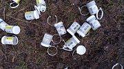 Prázdné krabičky od léků používaných k výrobě drog ležely před hraničním přechodem Lubawka - Královec.