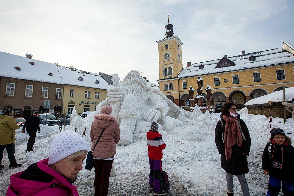 V Jilemnici na náměstí vyrostl  v tomto týdnu Krakonoš ze sněhu.