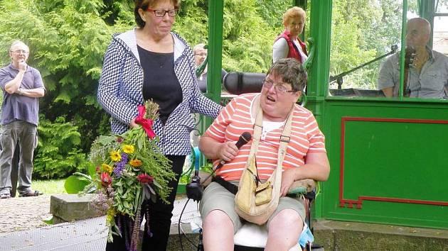 JANA ŠTĚPÁNOVÁ (vlevo) získala ocenění od Královéhradeckého kraje za přínos v sociálních službách