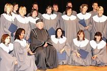 VELKÁ RADOST z konce studia byla z výrazů absolventů při slavnostním předávání diplomů patrná.