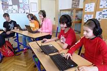 V Poniklé drží moderní trend, školáci mají jazykové kurzy online