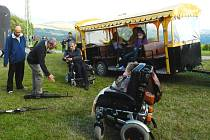 NAHLÉDNOUT DO OBDOBÍ před druhou světovou válkou mohli členové trutnovského Klubu vozíčkářů při návštěvě dělostřelecké tvrze Stachelberg.