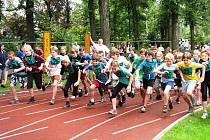 TLAČENICE O PŘEDNÍ MÍSTA se na atletickém ovále strhla vždy hned po startu. Jak by ne, vždyť celkem závodilo 522 nadšenců.