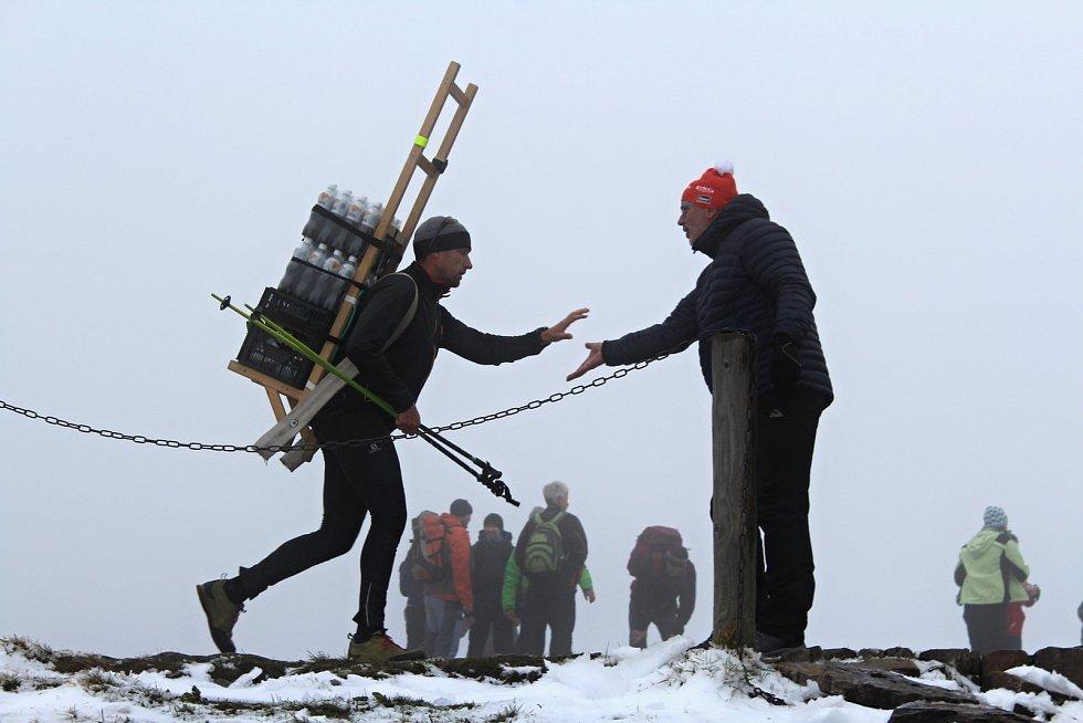 Deset nadšených spotrovců se v sobotu sešlo ve Velké Úpě, aby si na záda naložili pětadvacetikilový náklad a v co nejrychlejším čase ho donesli do Poštovny na Sněžce. Přesně tak, jak se zásoby na dominantu Krkonoš dopravovaly v minulosti. Sedmikilometrovo