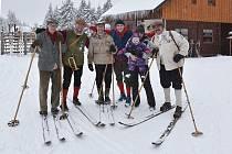 Lyžníci v dobovém oblečení se vydali na putování horami při 42. ročníku akce Svobodské Práskačky.