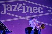 PRVNÍ KONCERT 21. trutnovského festivalu Jazzinec se odehrál ve čtvrtek v kině Vesmír. Sólově zahrála Lenka Dusilová a po ní vystoupili trumpetista Erik Truffaz a kytarista David Kollar,.
