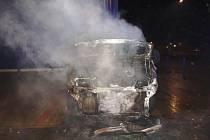 Ve Dvoře Králové shořela během noci tři vozidla
