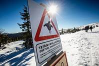 Turisty, běžkaře a hlavně skialpinisty upozornuňují na hřebenech Krkonoš cedule na výskyt tetřívka. V první zóně národního parku je zakázán vstup mimo vyznačené cesty.