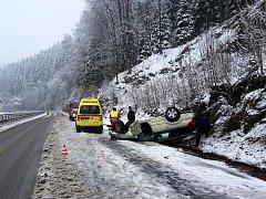 Na cestě do Špindlu se převrátilo osobní auto
