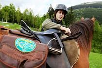 Z KOŇSKÉHO SEDLA. Strážci Krkonoš se i v letošním roce vydávají do terénu na koních. Ty si na léto půjčují z farmy Hucul na Janově hoře.