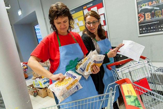 Kolik darují letos? Při loňské Národní potravinové sbírce darovali lidé v Trutnově rekordních 2067 kg zboží.