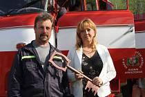Starostka Horní Olešnice Marcela Linková převzala s velitelem ždírnických hasičů Petrem Jarým symbolický klíč od hasičské cisterny, věnované obcí Rudník.