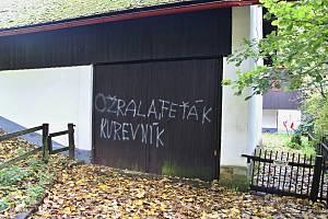 Ve čtvrtek ráno se objevily na vratech chalupy posledního československého a prvního českého prezidenta Václava Havla urážlivé výrazy.