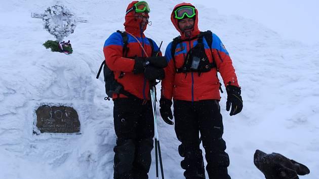 Ke křížku a pamětní desce na úbočí Sněžky se každoročně vydávají členové české a polské Horské služby, aby uctili památku Štefana Spusty a Jana Messnera.