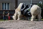 Socha nosorožce Súdána v kruhové křižovatce ve Dvoře Králové nad Labem.