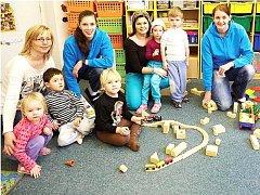 BASKETBALISTKY KARY předaly dětem ze Speciální mateřské školy nejen peníze, ale také si s nimi pohrály.