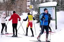 S ROZŠIŘUJÍCÍ se sítí běžeckých tras zájem o tuto zimní aktivitu stoupá. Úprava ale není levná a stopy by měli využívat pouze lyžaři.