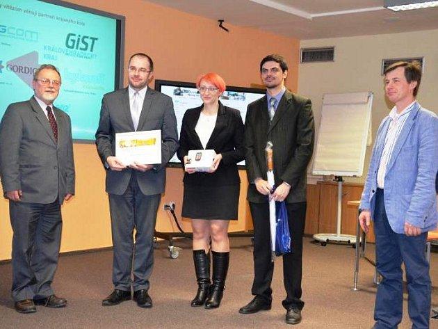 CENY slavnostně převzali starosta Jan Jarolím a Miroslava Kameníková s Janem Skalickým (druhý zprava) z tiskové sekce.