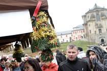 TAK CO KOUPÍME? Ačkoliv je polovina listopadu, na Kuksu už pořádali vánoční trhy. Lidé je vzali frontálním útokem a obsypali 130 stánků s různým sortimentem.