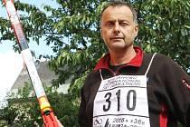 NA LYŽAŘSKÝ MARATON do Argentiny vyrazí v srpnu Vladimír Matějka z Vrchlabí. Doma trénuje na suchu, pravidelným výstupem na Žalý.