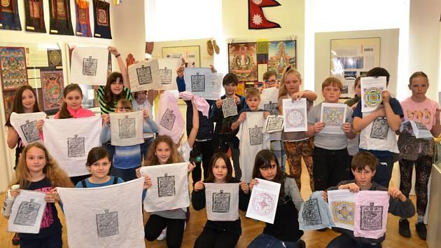 NAUČIT SE PÁR NEPÁLSKÝCH VĚT se na výstavě Umění tibetské thangky mohli i žáci žacléřské základy, kteří při návštěvě zvládli i tisk ochranné Lungty.