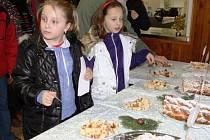 OCHUTNÁVKA dvaceti druhů vánoček, které upekli a přinesli do soutěže v Žacléři účastníci sobotní soutěže, přilákala spoustu zájemců. Tentokrát se sešli v MŠ Na Pilíři.