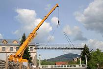 Jeřáb usazoval ve Vrchlabí osmitunový most, nábřeží bude mít i náplavku