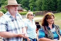 KMOTŘI SOMÁLSKÝCH OSLÍKŮ se stali manželé Hutlovi. Patří mezi pravidelné návštěvníky zoo. Při křtu je doprovázela ředitelka královédvorské zoologické zahrady Dana Holečková.