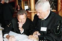 POSLEDNÍ BODY PROGRAMU ještě krátce před zahájením včerejší konference v Žacléřském Kulturním domě dolaďovali Zdeněk Adamec (vpravo) a Karel Novotný.