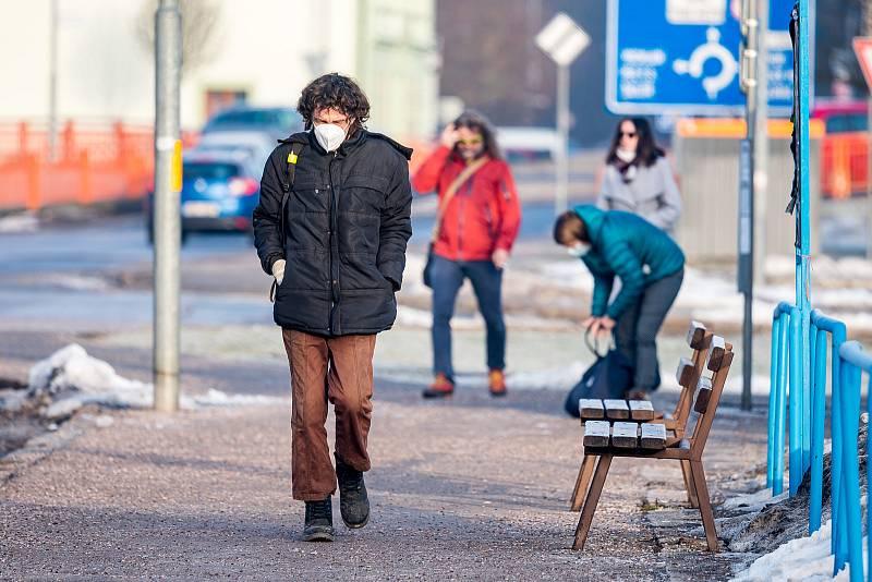 Trutnov ve čtvrtek 25. února. Lidé mají povinnost nosit na frekventovaných místech respirátory nebo dvě chirurgické roušky.