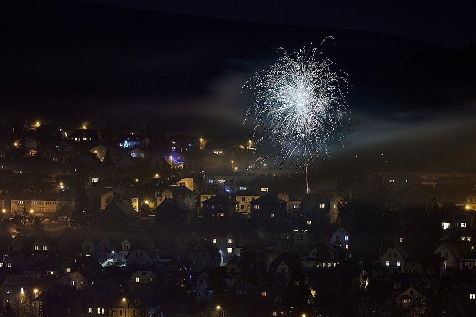 Silvestrovskou noc v Trutnově ozářily ohňostroje.