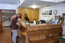 První den, kdy můžou být otevřené hotely a penziony, se přijeli ubytovat hosté na Boudu Máma v Peci pod Sněžkou. Obsadili 14 pokojů.