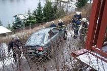 Hasiči v Batňovicích vyprošťovali osobní auto