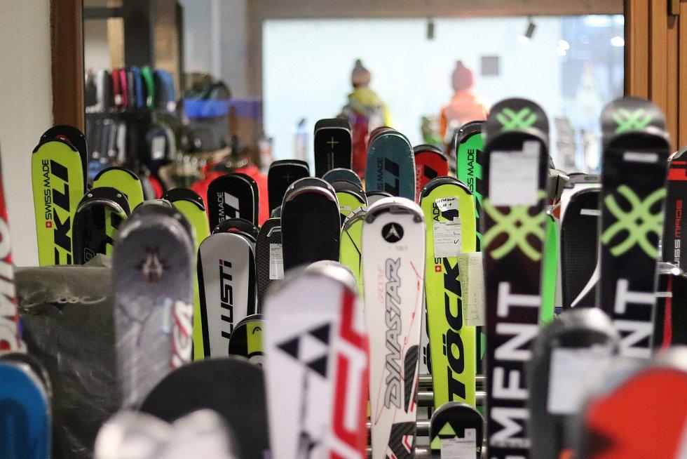 Zimní sezona začíná, lyžařské servisy mají napilno, jako například ve Vrchlabí.