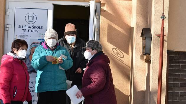 Město Trutnov rozdávalo lidem zdarma roušky na sedmi distribučních místech. Nyní akce pokračuje v prodejnách obchodních řetězců.