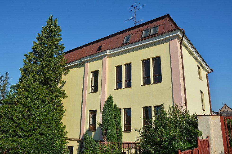 Budova bývalé základní školy ve Sluneční ulici v Hostinném se promění v Domov seniorů.