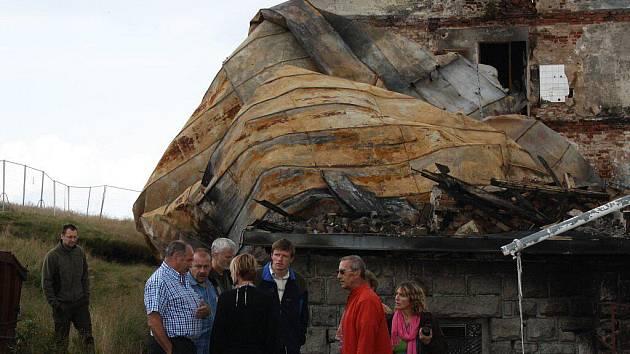 O dalším osudu Petrovy boudy se v úterý 16. srpna jednalo na městském úřadě ve Špindlerově Mlýně i přímo na místě, na krkonošském hřebeni. Zástupci všech dotčených stran se dohodli, že majitelé odstraní ohořeliny a sutiny do zimy.