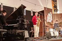 BETWEEN THE LINES (Mezi řádky) je název alba, kterým muzikanti Pavel Hrubý, Michal Nejtek a Dano Šoltis odstartovali v pátek letošní trutnovský festival Jazzinec.
