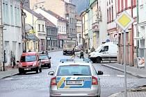 ASFALT MÍSTO KOSTEK. Asfaltový koberec končí ve směru od Havlovic u policejní stanice. Do dvou let by měl pokračovat k benzinové pumpě u křižovatky na Náchod a Trutnov.